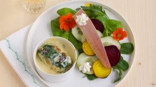 Capuns an Morchelrahmsauce und geräucherte Forelle auf Salatbeet