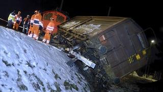 Bahnunglück: Entgleister Waggon wird zerlegt