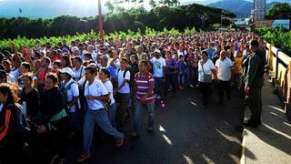 Tausende Venezolaner kaufen Essen in Kolumbien ein