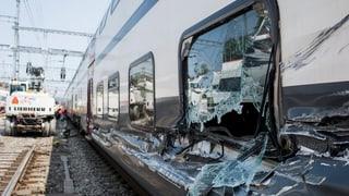 Baukran kippt in Oerlikon auf Zug