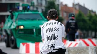 Die Hamburger Polizei bemüht sich mit Blick auf weitere Demonstrationen und auch von Aktionen gewaltbereiter Gruppen um Verstärkung aus anderen Bundesländern.