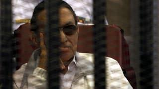 Mubarak verfolgt im Käfig seinen Prozess