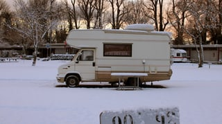 Video «Ein Winter im Wohnwagen – Camping-Alltag in der Westschweiz » abspielen