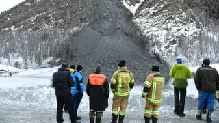 Mehrere zehntausend Tonnen Gestein haben die Talstrasse 50 Meter hoch verschüttet.  Wie durch ein Wunder kamen keine Menschen zu Schaden.