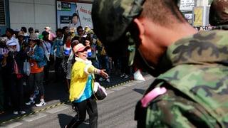 Thailands Armee errichtet Drohkulisse