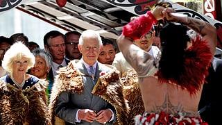 Kriegsgeschrei und Federschmuck für Prinz Charles