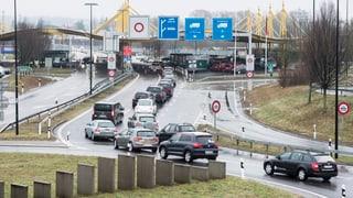 Schweizer kaufen weiterhin in Scharen im Ausland ein