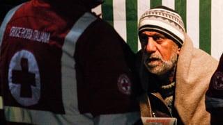 Flüchtlinge von Frachter in italienisches Aufnahmelager gebracht