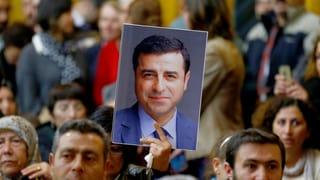 Mehr als ein Jahr nach seiner Inhaftierung beginnt der Prozess gegen den Chef der pro-kurdischen HDP, Selahattin Demirtas – ohne den Angeklagten.