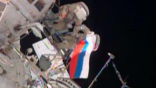 Russen hissen Landesflagge aussen an der ISS