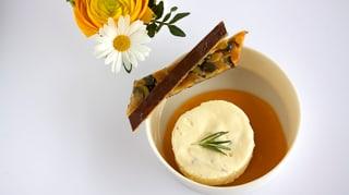 Rosmarin-Parfait auf Mango mit Kürbiskern-Mandel-Florentinern