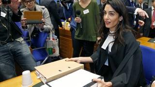 Amal Clooney streitet an der Seite der Schweiz
