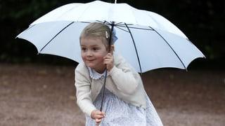 Mit Schirm und Charme: Estelle von Schweden verzaubert Royalfans