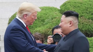 Trump überschreitet die Grenze zu Nordkorea