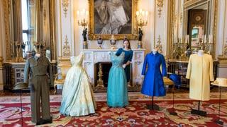 Die Queen öffnet ihren Kleiderschrank