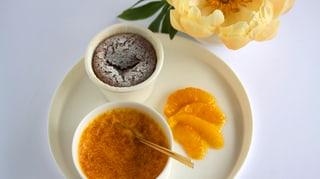 Lavendel-Creme Brûlée mit Schokoküchlein und Orangenfilet