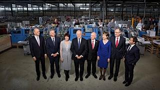Der neue Bundesrat posiert vor dem «Werkplatz Schweiz»