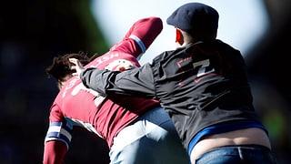 Villa-Captain von Fan tätlich angegriffen