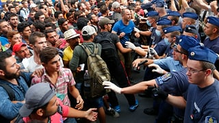 Polizia ungaraisa ha rumì la staziun a Budapest