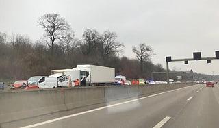 Kollision mit mehreren Autos auf der A2 bei Hagnau (Artikel enthält Video)