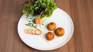 Kartoffelpralinen und Salatbouquet