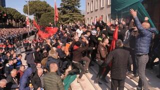Millis demonstreschan cunter regenza a Tirana