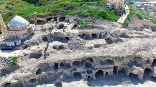 Erde gibt imposante Höhlenstadt preis