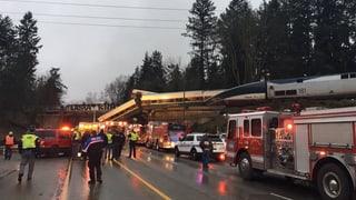 Bahnwaggon stürzt nach Entgleisung auf Autobahn
