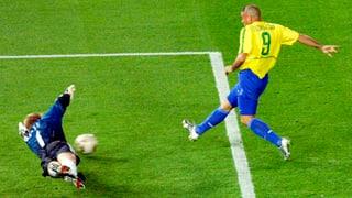 «Il Fenomeno» Ronaldo stürzt «Titan» Kahn (Artikel enthält Video)