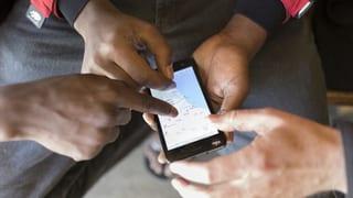 Laut SVP ist der Zugriff auf Handys von Migranten völlig legitim. Die SP sieht die Privatsphäre aller Bürger in Gefahr.