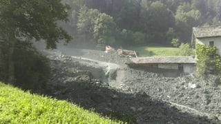Das Bündner Bergdorf ist am Mittwoch komplett evakuiert worden. Die Gesteinsmassen wurden als Murgang bis an den Dorfrand geschoben.