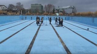 Eintauchen in die Video-Challenge: Panda Lux spielen im Pool
