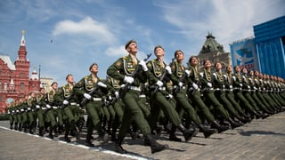 Militärparade in Moskau: Russland lässt die Muskeln spielen