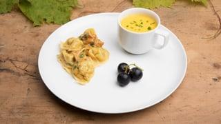 Riesling-Kürbis-Süppchen mit Eierschwamm-Tortellini