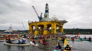 Hunderte Kajaks gegen Öl-Plattform