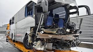 Eine Tote und 44 Verletzte bei Unfall eines Reisecars