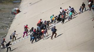 Migranten stürmen US-Grenze bei Tijuana