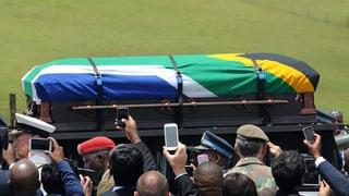 Auch das Gedenken an Nationalheld Nelson Mandela wird nicht von Finanzskandalen verschont. Aus einem staatlichen Fonds sollen Gelder für das Begräbnis Mandelas abgezweigt worden sein.