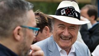 Sepp Blatter geniesst den Besuch im Heimatdorf