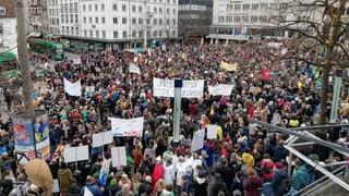 Mehrere Tausend Menschen marschieren durch Basler Innenstadt