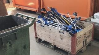 Pure Verschwendung – Zehntausende Krücken nur einmal verwendet (Artikel enthält Video)