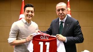 Zwei deutsche Fussballer türkischer Herkunft sorgen mit Sympathiebekundungen für Erdogan für Entrüstung.