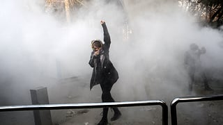 Das Regime demonstriert zwar Stärke, wird durch die Proteste aber in eine prekäre Lage gebracht. SRF-Auslandredaktorin Iren Meier zu den Hintergründen.
