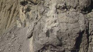 Warum in der ganzen Schweiz bröckelnde Felsmassen Wanderwege und besiedelte Gebiete bedrohen, lesen Sie hier.
