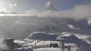 Vereinzelt wurden Häuser evakuiert, wie lokale Medien berichten. In St. Niklaus, Täsch, Randa und Zermatt bleiben die Schulen geschlossen.