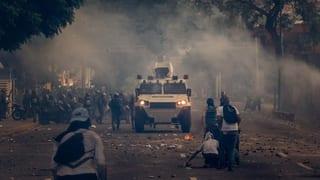 Im April gehen Hunderttausende auf die Strasse und Präsident Maduro kündigt die Stationierung von Soldaten im ganzen Land und die Stärkung regierungstreuer Milizen an.