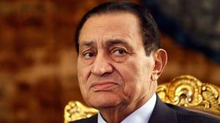 Mubarak bricht sich das Bein