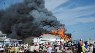 Historischer Pier in England in Brand