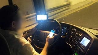 Flixbus-Chauffeur telefoniert und surft während der Fahrt (Artikel enthält Video)