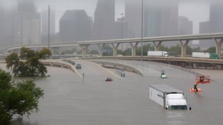Sintflut in Südtexas fordert mehrere Tote. Behörden rechnen mit Schäden im Ausmass von Hurrikan «Katrina» wie einst in New Orleans.